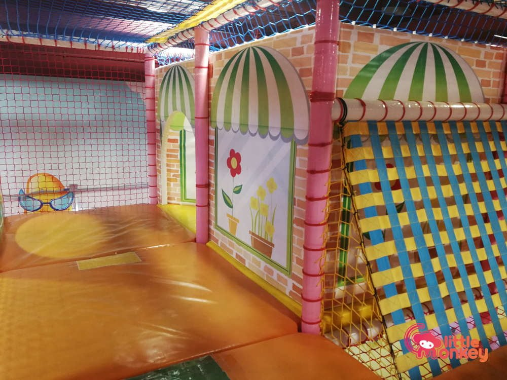 Jumpin' Gym's Maze Play Area