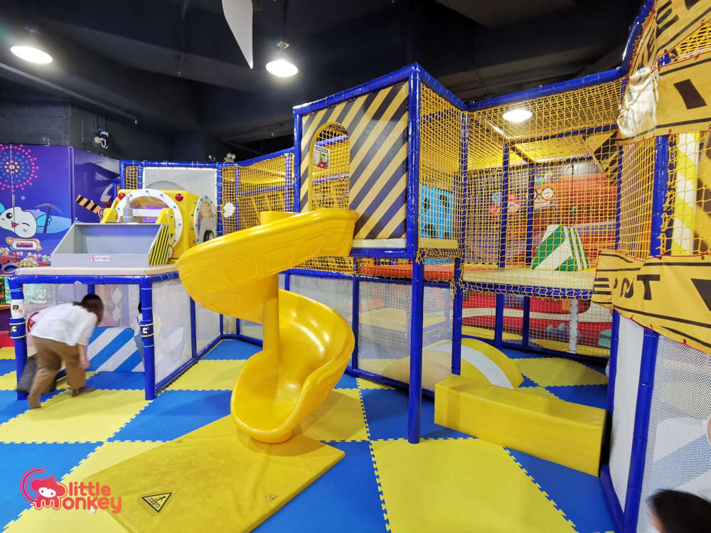 Jumpin' Gym Maze in Papillon Square